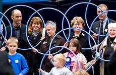 Personer som håller i blå rockringar. Foto: Carol Browne, Flickr, cc by-nc-sa 2.0