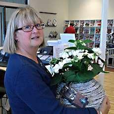 Knivstas bibliotekschef Agneta Månsson med en blomma i famnen.