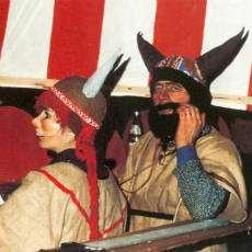 Två personer utklädda till vikingar i samband med Knutmasso.