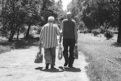 Äldre man och kvinna promenerar