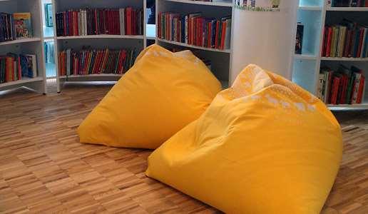 Två gula saccosäckar på barnavdelningen på Knivsta bibliotek.