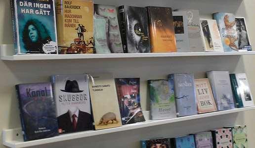 Skylthylla på en väg i Knivsta bibliotek.