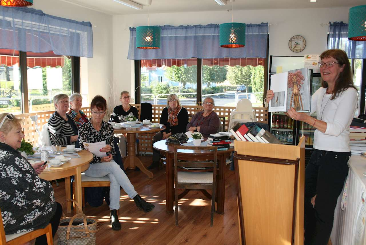 En grupp människor på ett café
