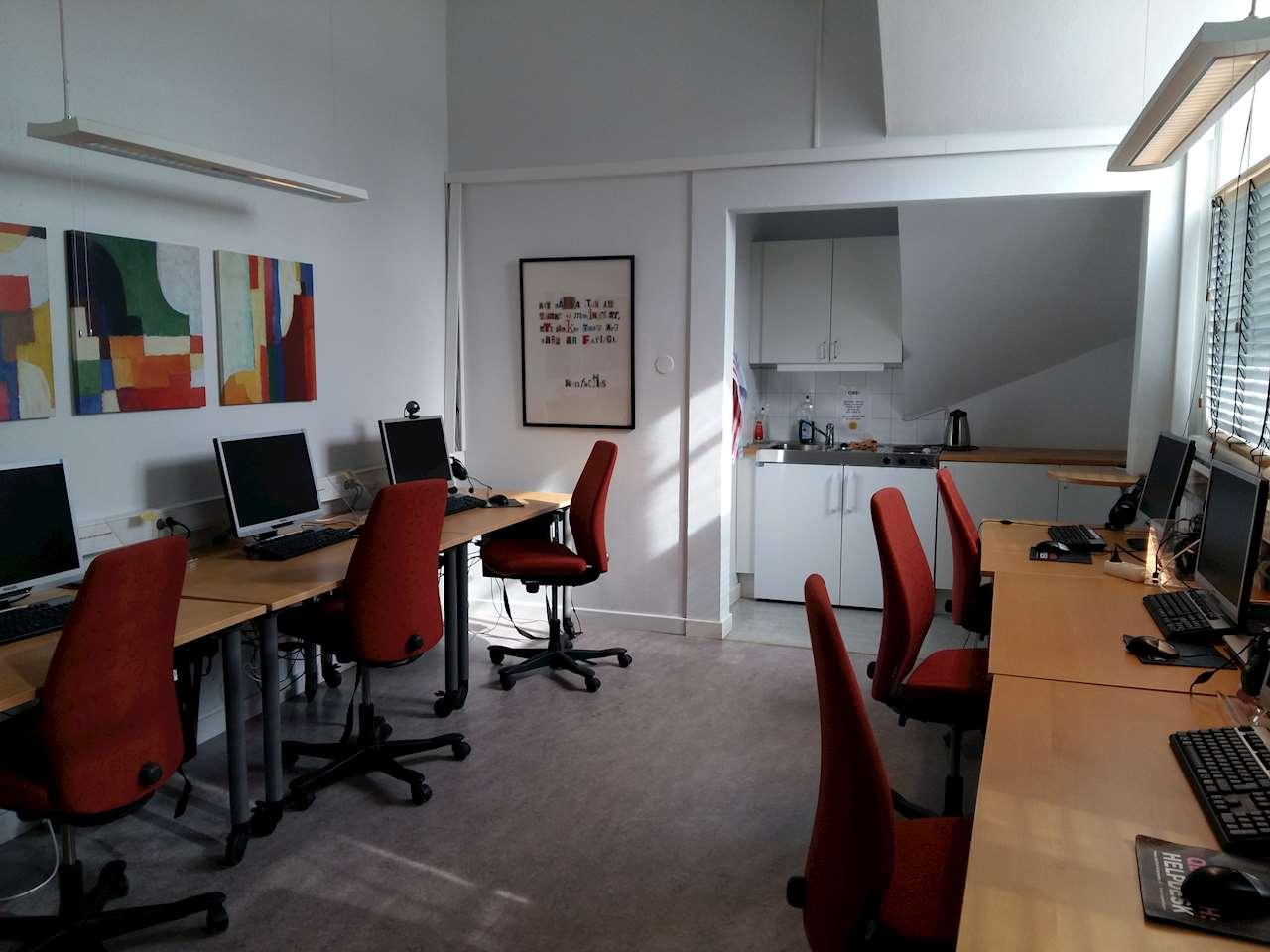 Rum med datorer på skrivbord