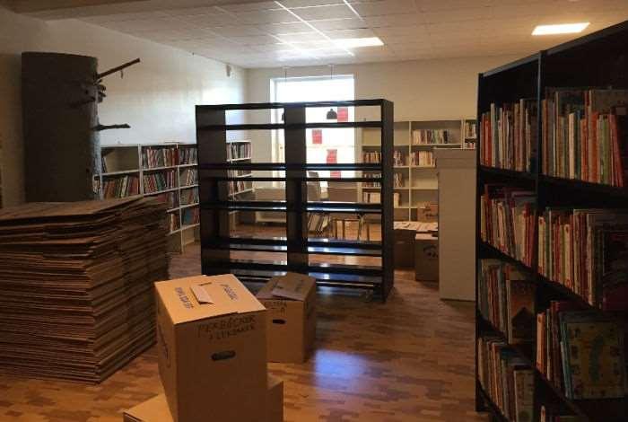 Tomma och fyllda bokhyllor