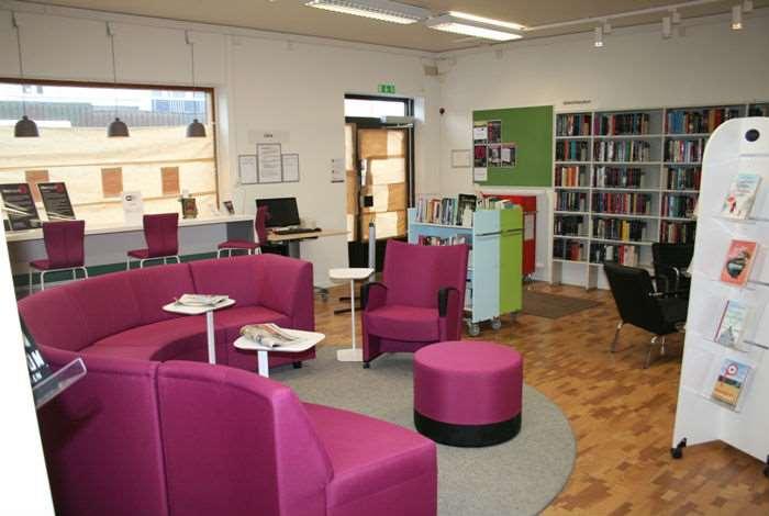 Biblioteksinteriör med bekväma möbler
