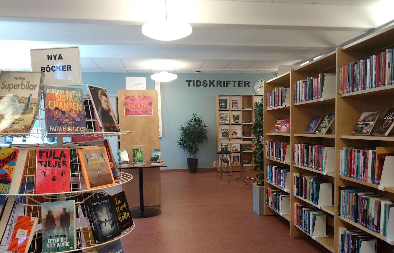 Ett bibliotek med hyllor, böcker och tidskrifter.
